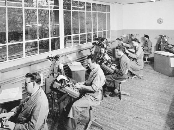 Atelier de clavistes monotypes vers 1950